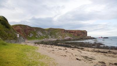 Eyemouth-Schottland-Strand-Felsen-Kuestenlinie-zum-wandern