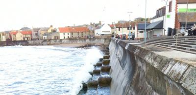 Eyemouth-Wellenbrandung-Promenade-Schottland